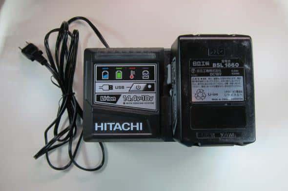 専用充電器のUC18YSL3 バッテリーの二倍くらいの大きさ