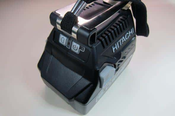 BSL18UAいBSL1860を取り付けて正面から撮影したところ。電源スイッチと電池残量ボタンがある。