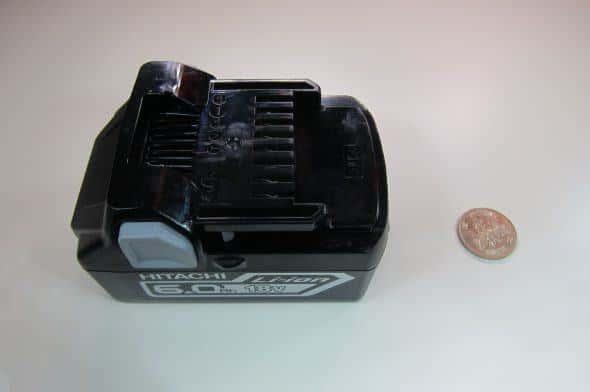 バッテリーの大きさ。比較に500円玉を置いてみたが結構大きめ。