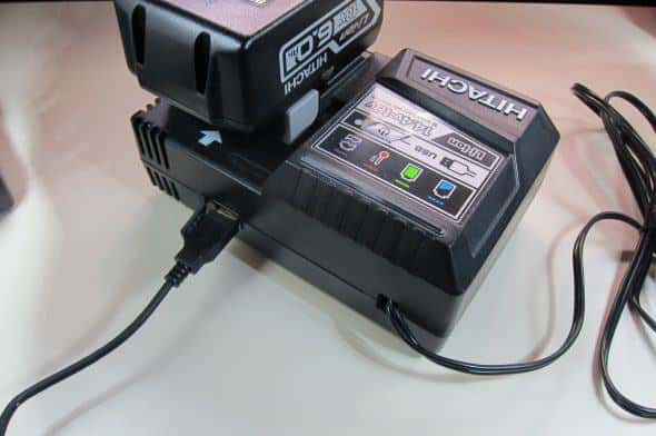 BSL1860充電とUSB出力は同時に使用可能。スマホ一台とモバイルバッテリーを同時に充電できると考えればこの大きさもアリか?