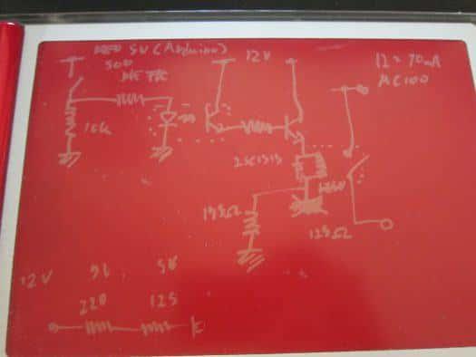回路図エディタを使うまでもない簡単な回路なのでブギーボードに手書きで済ませます。