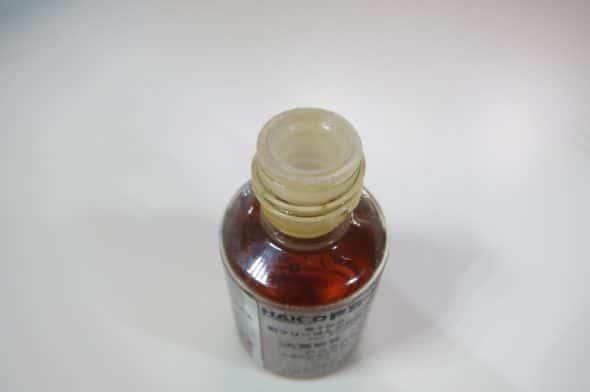 瓶側のフラックスも洗浄。パーツクリーナーを流すように洗浄した後、浸み込ませたウェスで拭き取る。