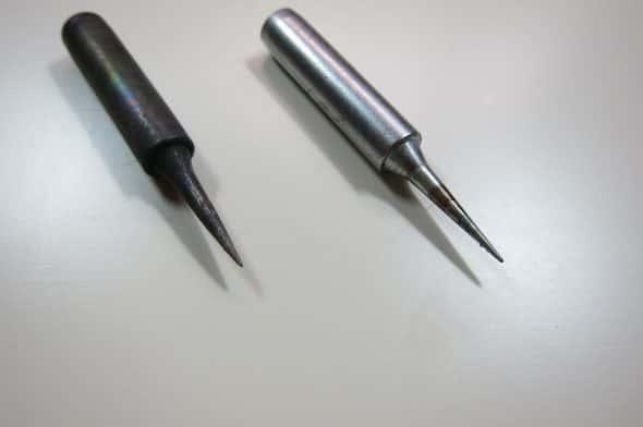 酸化してしまったコテ先(左)とはんだメッキされているコテ先(右)。左のコテ先は完全に酸化されてしまいはんだ作業をすることができない。
