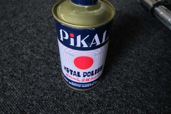 ピカールは一般的に金属磨きに使われるものだが、ガラスやプラスチックの研磨にも使える(メーカー保証外ですが)