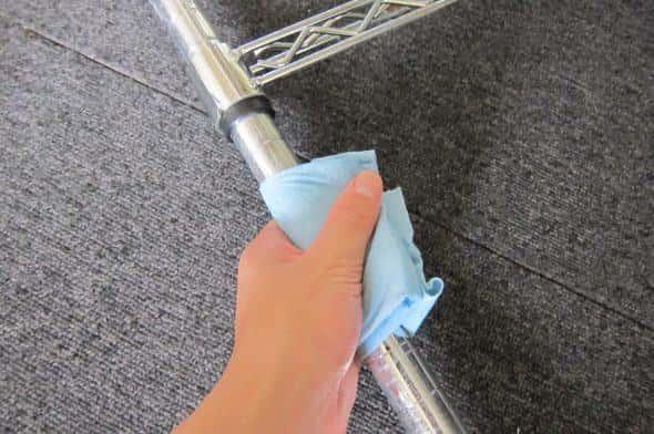ピカールを含ませた布でメタルラック全体をふき取る。力はそんなにいらず表面をなぞる程度でOK