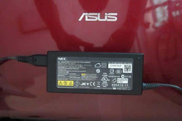 NECのACアダプタでもASUSのノートパソコンを動かすことができる。メーカーが異なるACアダプタを使う場合はプラグ径と電圧、電流値に注意しよう