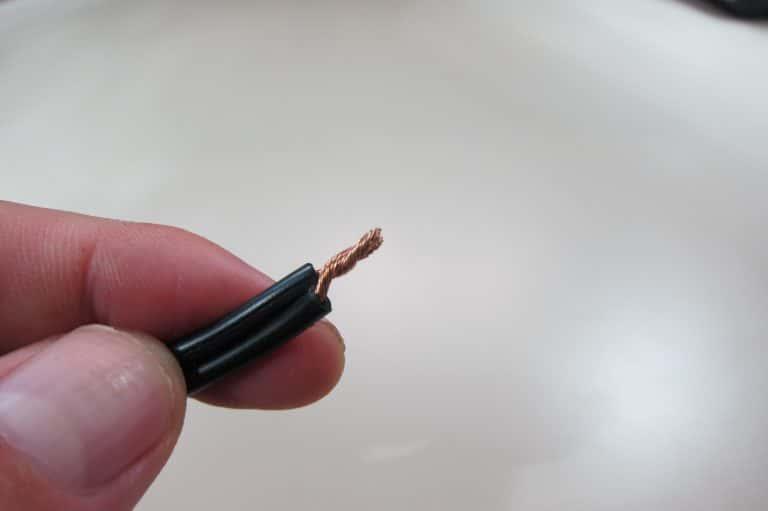 被覆を剥いたら心線をより合わせ、さらに結線したい配線同士をより合わせる。こうしないとバネ入りワイヤーコネクタでうまく結線できない。