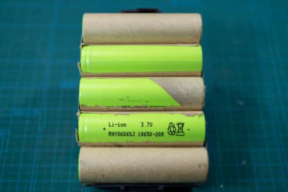 互換バッテリーの分解