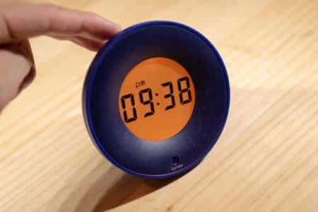 ボタンがない置き時計。揺らして操作するシンプルな『StylePie デジタルアラーム』レビュー